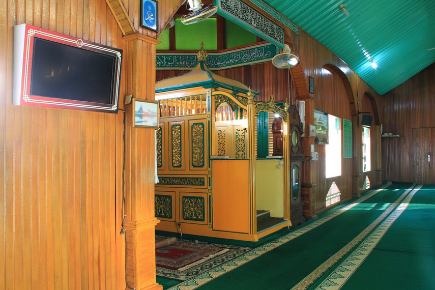 Masjid ini mampu menampung sekitar 1500 jamaah dan memiliki letak yang berbeda dengan masjid-masjid pada umumnya
