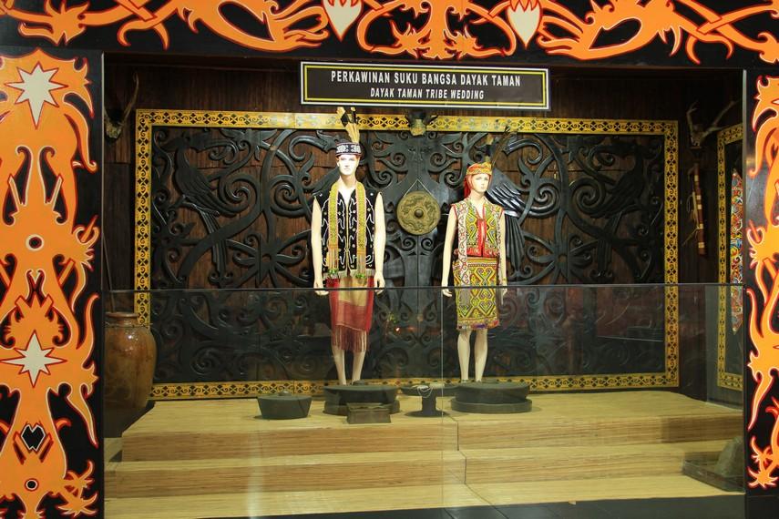 Diorama patung yang menggambarkan perkawinan suku Dayak Taman terdapat di salah satu sudut museum