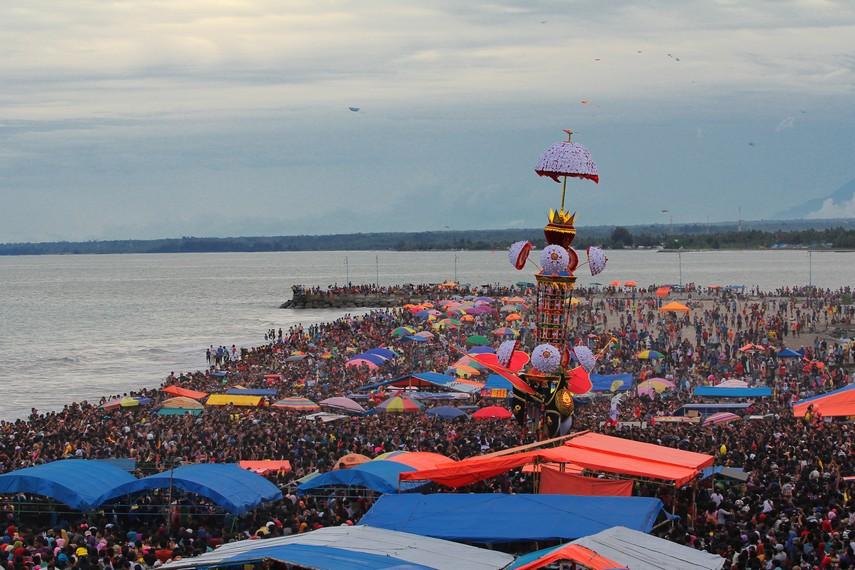 Pada hari puncak ritual tabuik, masyarakat dari berbagai penjuru Sumatera Barat datang dan ikut menyaksikannya
