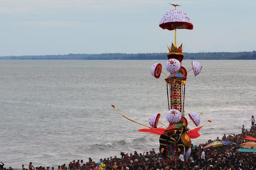 Bagian atas tabuik berbentuk menara dihiasi dengan kain bewarna-warni