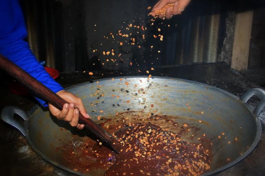 Satu yang membedakan galamai dengan dodol dan jenang adalah taburan kacang tanah yang telah disangrai