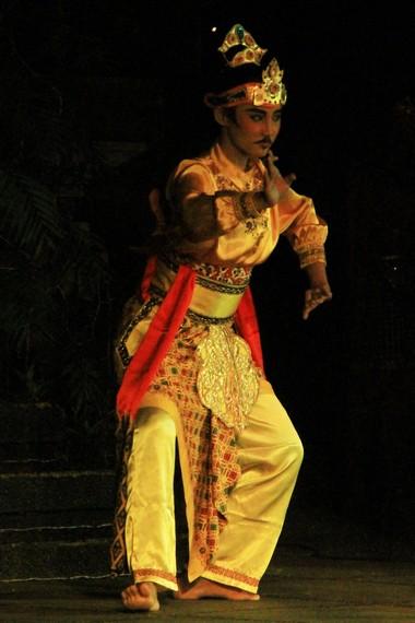 Mendengar masyarakat Daha terserang penyakit aneh, raja Airlangga meminta bantuan Mpu Baradah dan Mpu Bahula