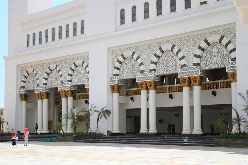 Masjid ini memiliki luas bangunan sekitar 60 meter X 60 meter di atas lahan seluas sekitar 4 hektar
