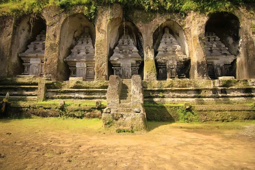 Kompleks candi ini diperkirakan dibangun pada abad ke-11 Masehi sebagai tempat pemujaan arwah Raja Udayana