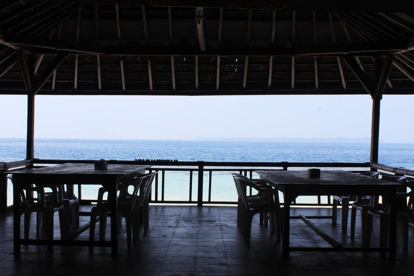 Memandangi laut lepas dari pinggir pantai dapat memberikan ketenangan tersendiri saat berada di Pulau Sepa