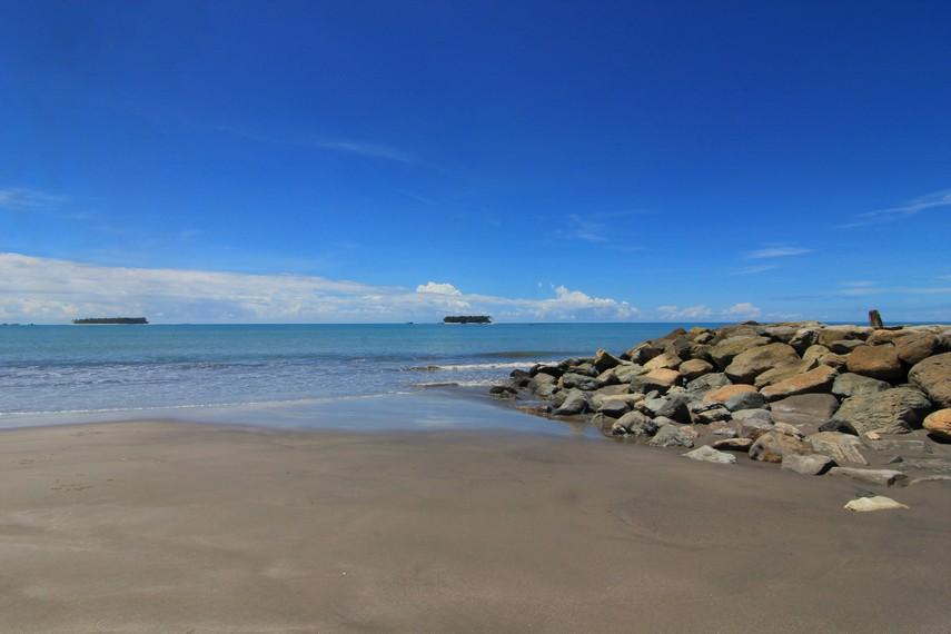 Daya tarik utama dari pantai ini adalah gugusan pulau yang terhampar di tengah bentangan lautnya