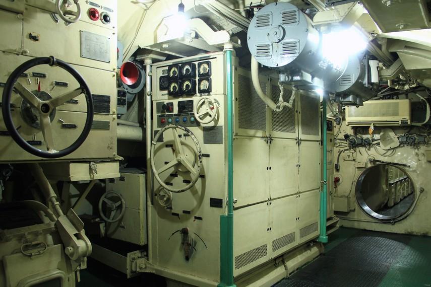 Ruang kemudi dilengkapi dengan periskop, yaitu teropong kapal selam untuk melihat suasana di luar kapal