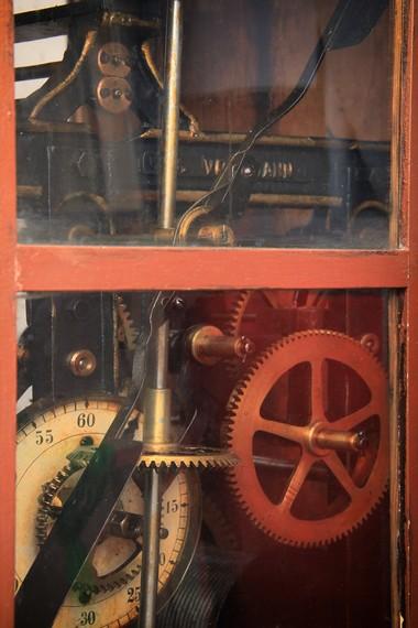 Sistem mekanik di dalamnya membuat jam ini terus berfungsi selama bertahun-tahun tanpa sumber energi apapun