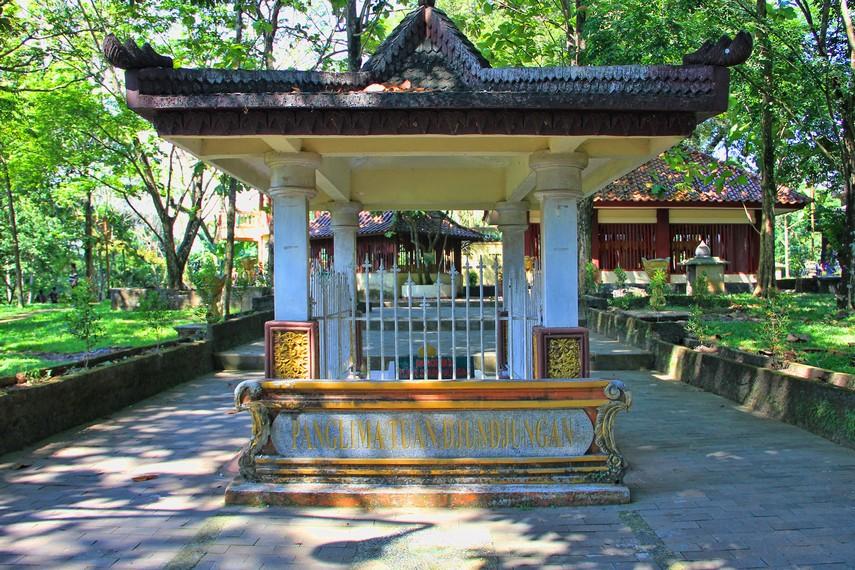 Makam Panglima Tuan Djundjungan, salah satu makam yang berada di dalam Kompleks Bukit Siguntang