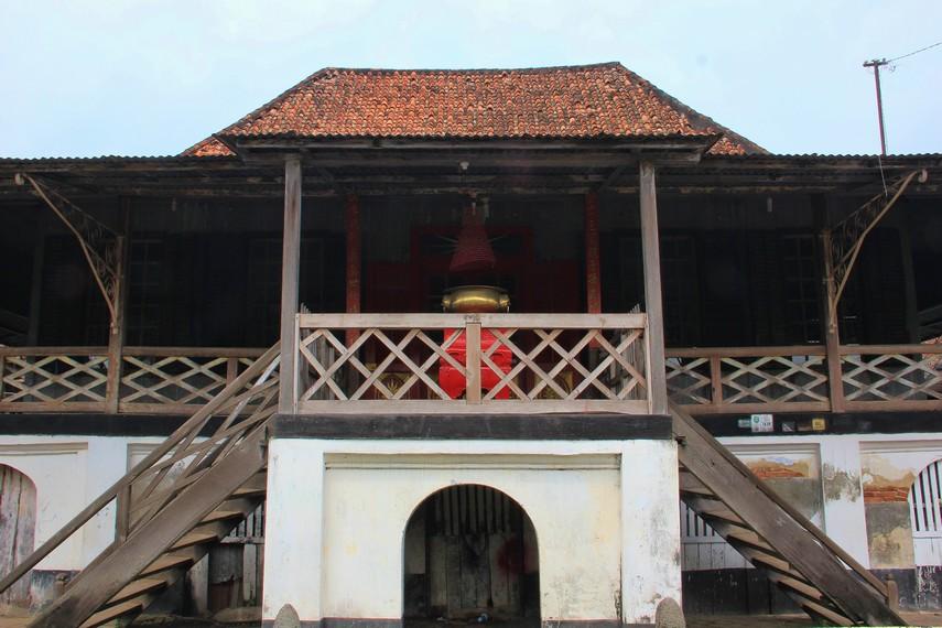 Dua bangunan berusia lebih dari 400 tahun tersebut dibangun dengan menggunakan kayu pulay