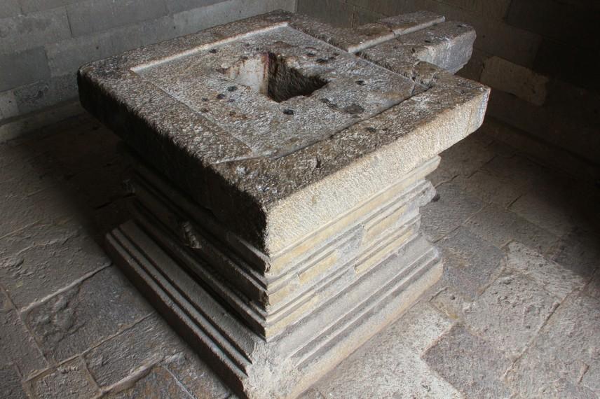 Menariknya, pada Candi Jawi terdapat bilik pada bagian tubuh candi. Menurut kitab Kertanegara, di dalam bilik tersebut dahulu terdapat arca-arca Siwa