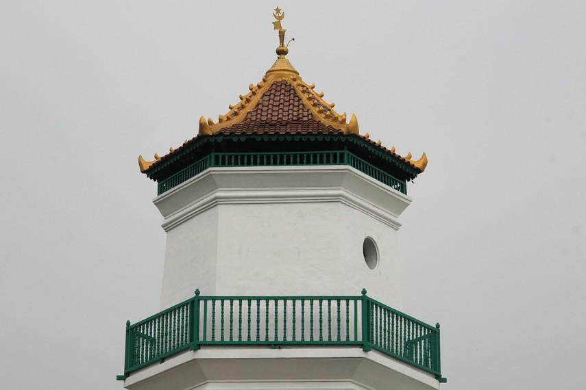 Pengaruh nuansa Tiongkok pada Masjid Agung Palembang terlihat pada salah satu menara masjid