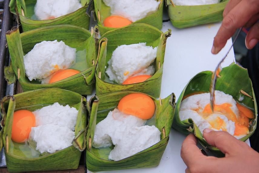 Adonan lenggang berisi bahan-bahan berupa tepung dan campuran daging ikan dan bumbu penyedap