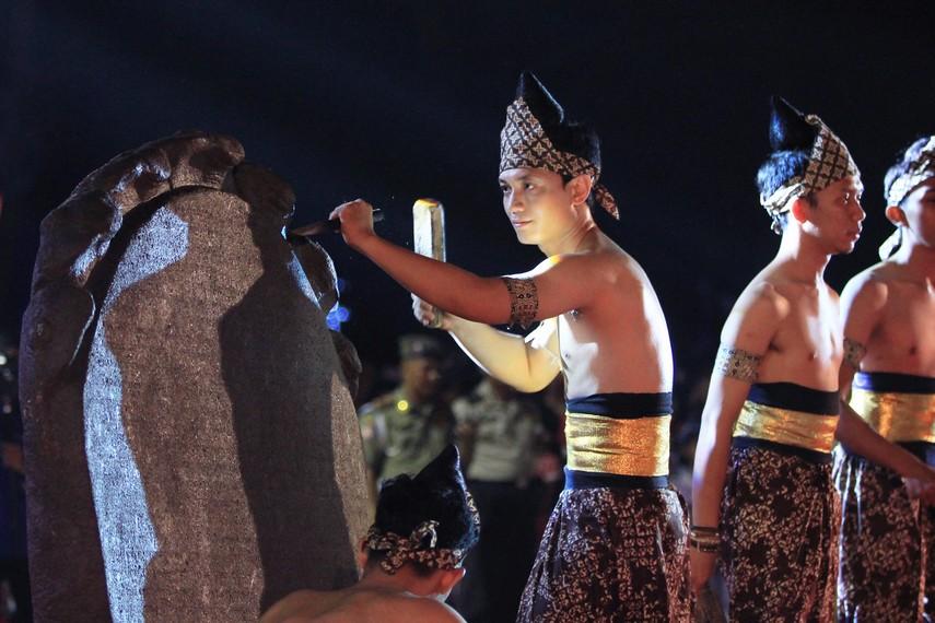Teatrikal pembuatan prasasti Batu Tulis sebagai cikal bakal lahirnya kerajaan Sriwijaya di Sumatera Selatan