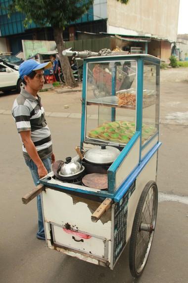 Pedagang kue ape banyak kita jumpai di pinggir-pinggir jalan kawasan Jakarta