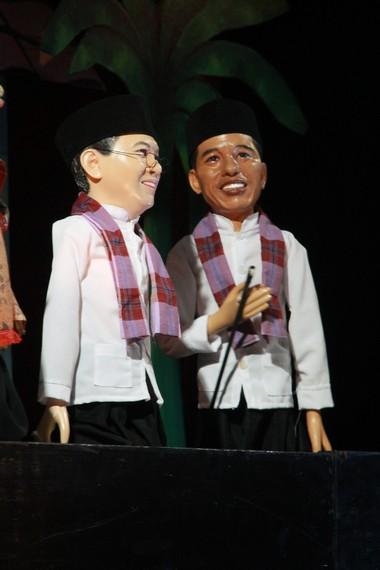 Wayang Golek dengan tokoh Gubernur Jokowi dan Wagub Ahok yang menarik perhatian dalam salah satu pementasan wayang golek Betawi