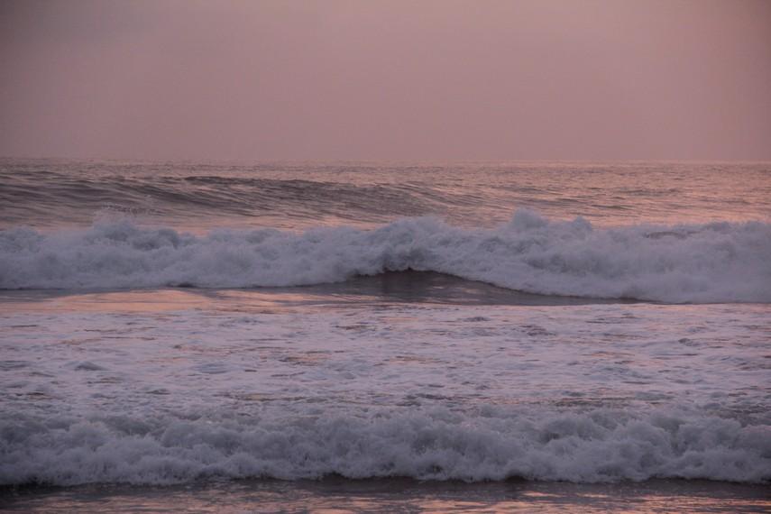 Pantai Pasir Putih Sawarna juga memiliki gulungan ombak yang tingginya bisa mencapai 5 meter