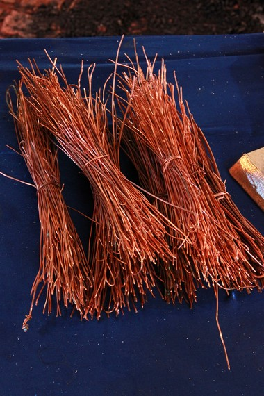 Tembaga menjadi salah satu campuran yang digunakan ketika membuat bahan baku pada tahap melebur