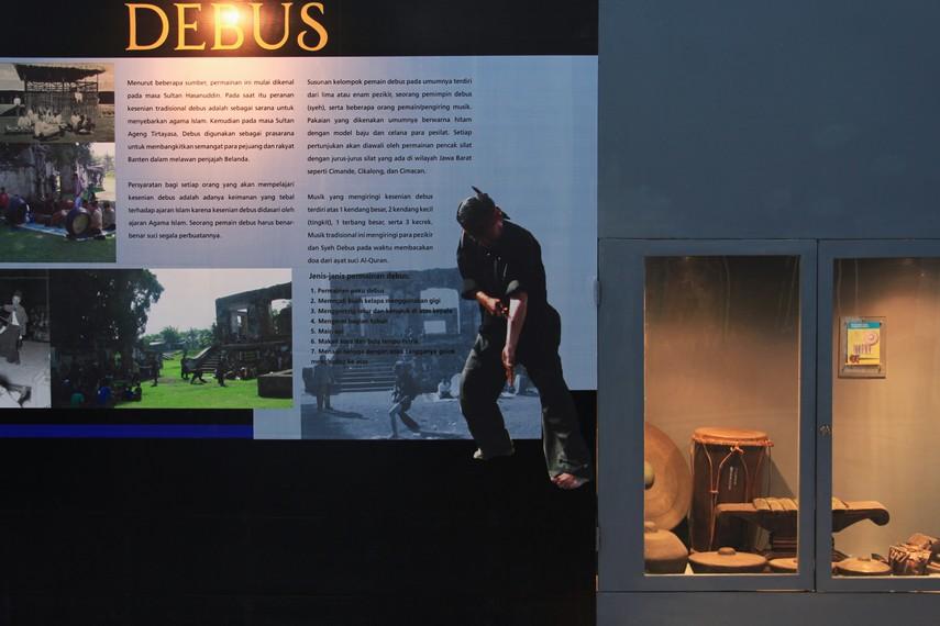 Salah satu sudut ruangan Museum Situs Kepurbakalaan Banten Lama yang menerangkan mengenai kesenian debus khas Banten