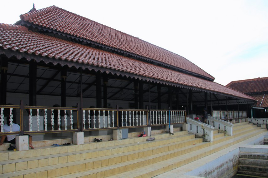 Konon terdapat dua versi yang menceritakan siapa arsitektur pembangunan Masjid Agung Banten ini