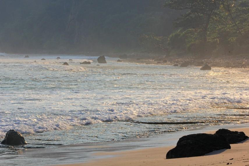 Perjalanan panjang untuk sampai ke pantai ini terbayar lunas begitu menyaksikan keindahan pantai ini