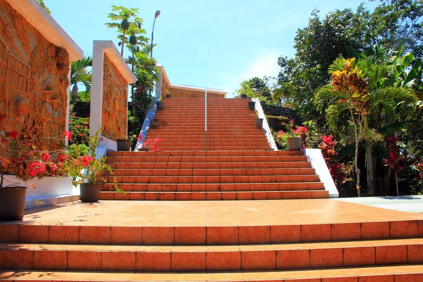 Setelah melewati beberapa anak tangga, pengunjung akan tiba di halaman makam