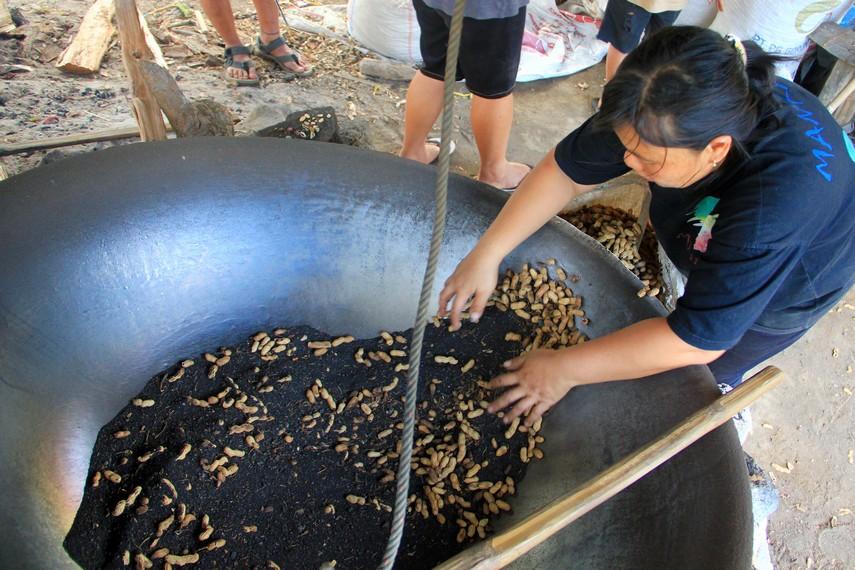 Uniknya, kacang-kacang ini di sangrai di atas wajan dengan menggunakan pasir gunung