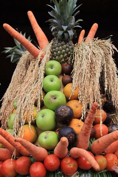 Gunungan yang menjadi hasil bumi bisa berupa aneka jenis sayuran maupun makanan