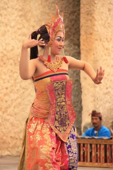 Cili adalah salah satu ornamen khas berupa sehelai kain panjang dengan ujung melancip dengan motif berwarna-warni
