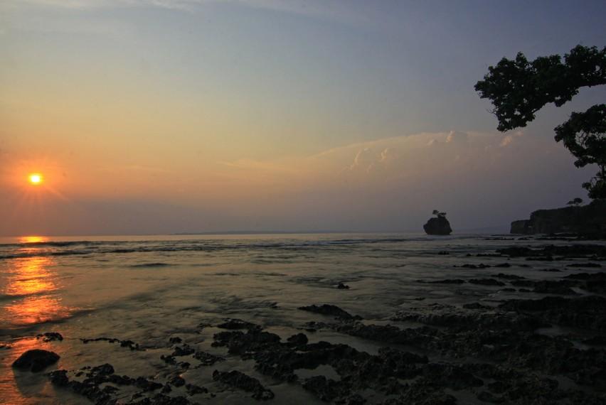 Karang Copong tidak memiliki pasir pada garis pantainya. Di sekitar area ini hanya terlihat bebatuan karang yang kasar