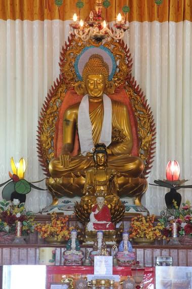 Pada altar Istana Dewi Kwan Im terdapat patung Buddha dengan ukuran besar