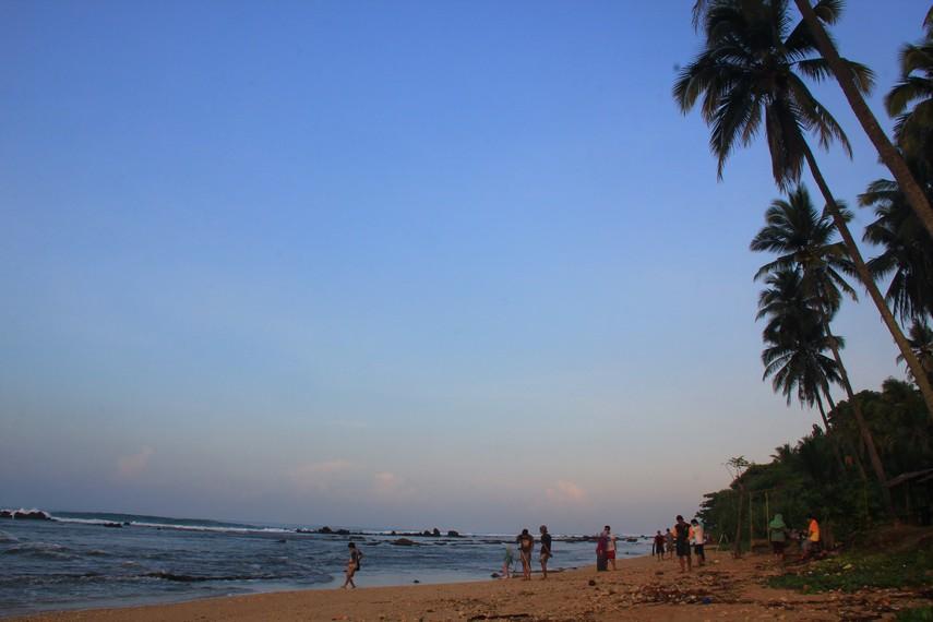 Sebaiknya datang ke Pantai Karang Bereum pada musim panas yaitu sekitar bulan Mei hingga Agustus