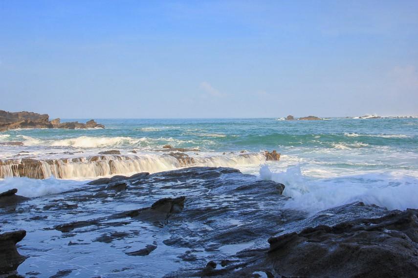 Karang Taraje dihiasi dengan hamparan karang yang dilapisi dengan permukaan air laut