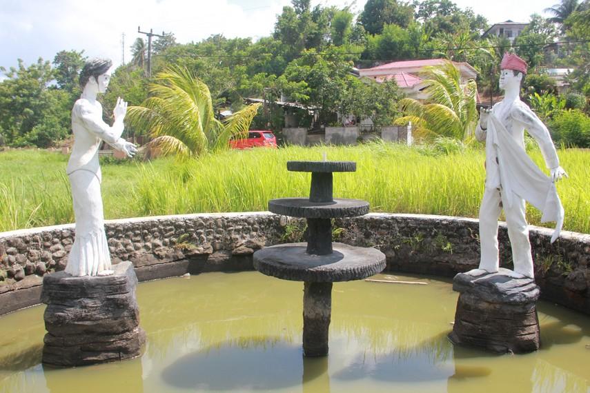 Patung seorang pria dalam bahasa Minahasa disebut Tole dan wanita biasa disebut Keke ini digambarkan sedang menarikan tari maengket terdapat di depan taman ini