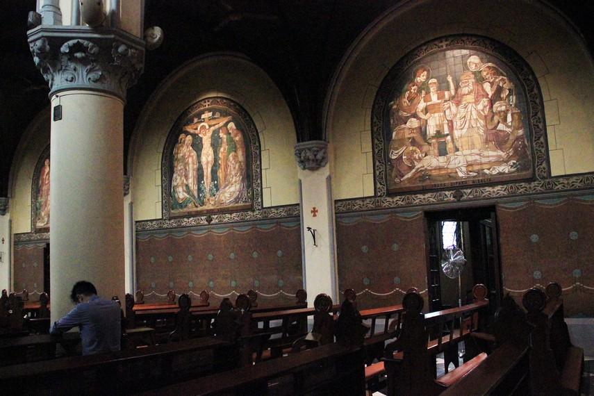 Pada sisi kanan dan kiri ruangan Gereja Katedral terdapat bilik pengakuan dosa
