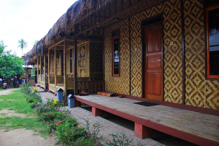 Penginapan-penginapan yang terdapat di sekitar Desa Sawarna khusus untuk para wisatawan yang ingin menghabiskan waktu lebih lama di desa ini
