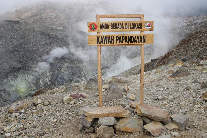 Bau belerang yang berasal dari Kawah Papandayan yang memiliki 14 kawah yang mengeluaran asap menjadi salah satu sajian ketika melakukan pendakian