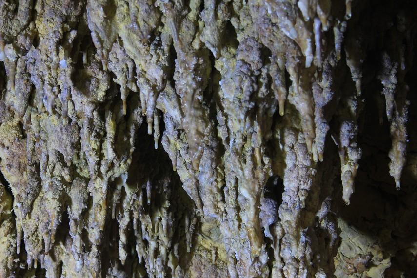 Gua yang terdapat di belakang pantai menyajikan bebatuan-bebatuan stalagmit
