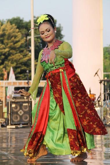 Dari segi busana, para penari Rancak Denok mengenakan kebaya berwarna terang yang dilengkapi dengan kain jarik semarangan