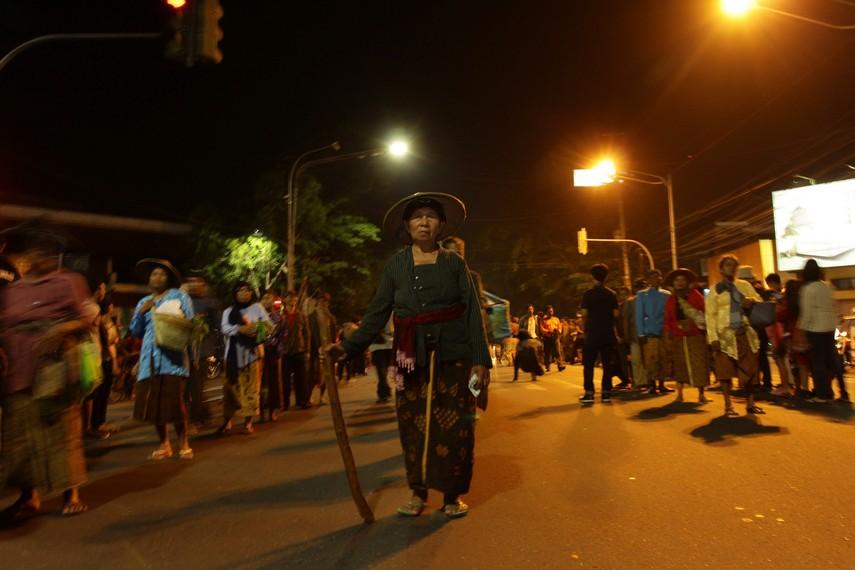 Ibu-ibu yang membawa bakul dan pemukul padi memberikan nuansa tradisional pada parade Solo Karnaval