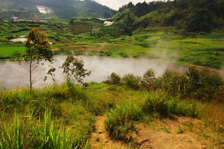Kawah Sileri dipercaya terbentuk akibat tumpahan air cucian beras yang dibawa oleh nenek penyihir tersebut