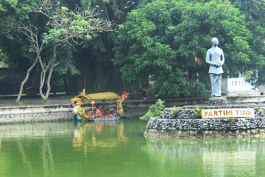 Kolam besar di Partini Tuin dilengkapi perahu bagi pengunjung yang ingin berkeliling kolam. Kolam ini juga menjadi arena lomba memancing