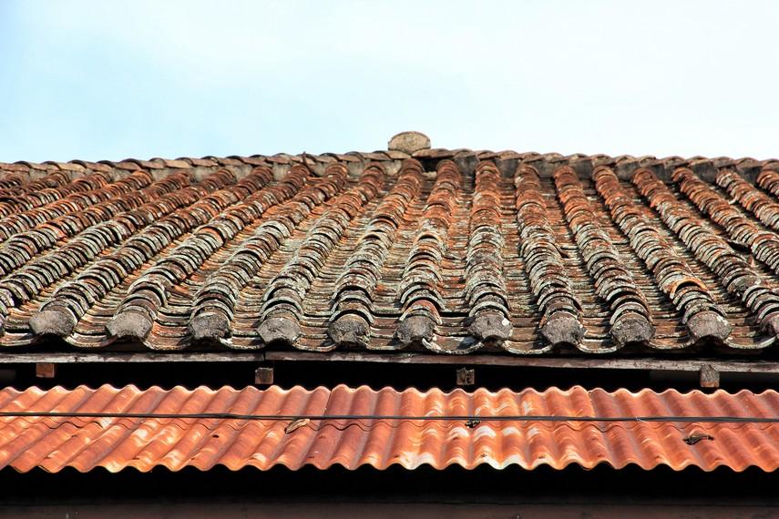 Kondisi bagian atas rumah terlihat sudah begitu usang termakan usia