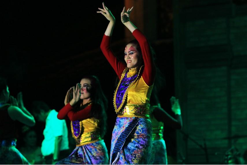 Kostum yang digunakan para penari petake gerinjing cenderung terang