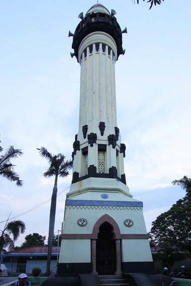 Menara azan yang ada di sekitar masjid. Menara ini merupakan salah satu penambahan yang dilakukan oleh Pakubuwono X