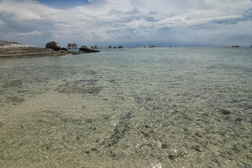 Menceburkan kaki di air yang jernih dan tenang dapat memberikan efek ketenangan tersendiri saat di Pulau Babi