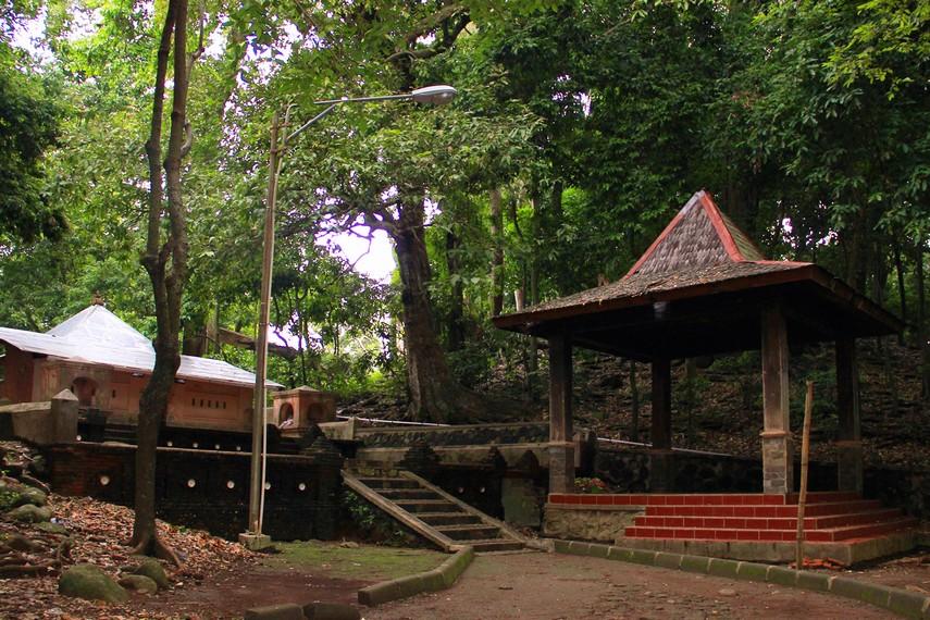 Nama Plangon menurut juru kunci berasal dari bahasa Tegal yaitu Klangenan