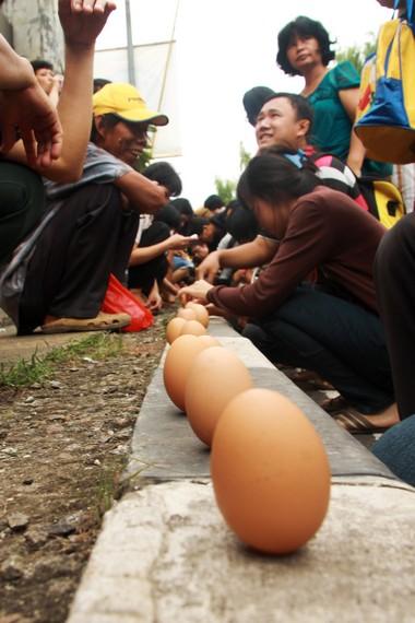 Meski ada yang gagal, banyak di antara masyarakat yang berhasil mendirikan telur di waktu Twan Ngo