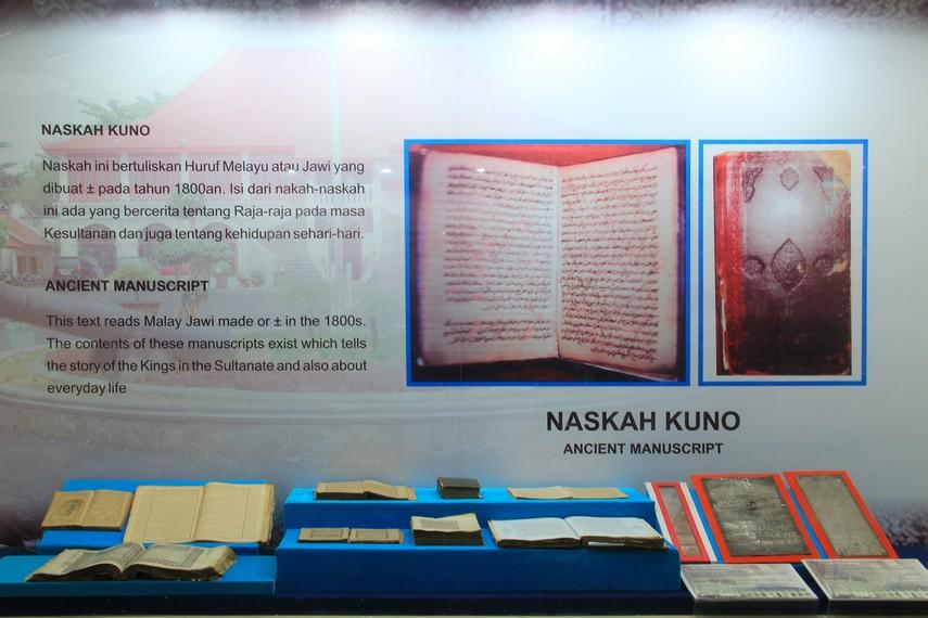 Naskah kuno bertuliskan huruf melayu yang dibuat pada sekitar tahun 1800-an tersusun rapih di salah satu sudut museum