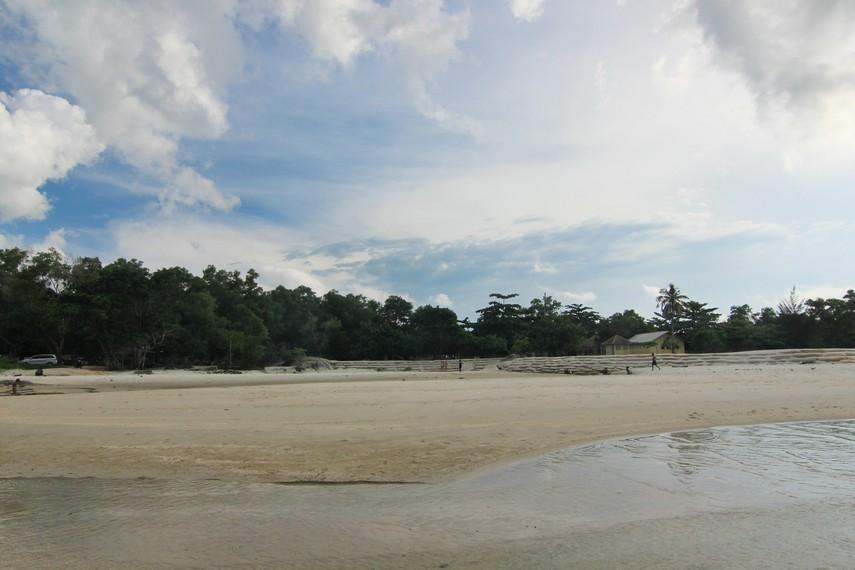 Pada saat air surut, Pantai Matras memiliki lebar pantai mencapai 30 m yang biasa dijadikan lahan bermain oleh masyarakat sekitar
